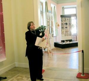 Наталья Веселицкая знакомит гостей выставки с малышом-дракончиком Ластиком и его друзьями.