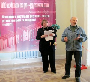 Председатель художественного жюри Жорж Шанаев открывает выставку вступительным словом.