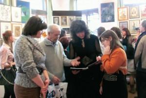 Член художественного жюри Алексей Иванович Портянников общается сконкурсантами.