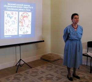 Молдавская Елена Семёновна, руководитель студии «Петриківський розпис» (Лицей № 179) презентует творчество студийцев.