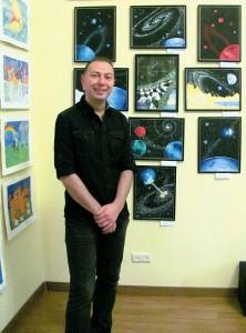 Андрей Волкович возле своих картин.
