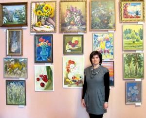 Клименко Светлана у своих картин.