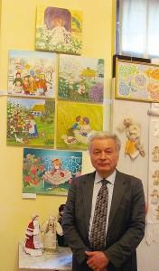 Владимир Кныш рядом с картинами Софии Кныш.
