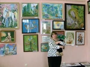 Среди картин. Наталья Веселицкая с Ластиком.