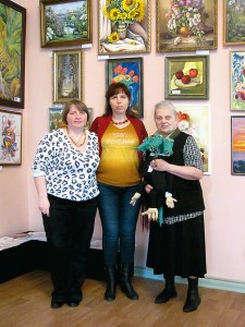 Наталья Веселицкая, Ирина Дживаго и Надежда Сердюк в первом выставочном зале.