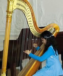 Екатерина Раджханс (арфа), 10 лет. «Ягодки» – 2 место - Й. Гайдн. «Менуэт».