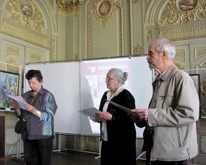 Члены художественного жюри Наталья Смага, Надежда Сердюк и Алексей Портянников награждают конкурсантов.