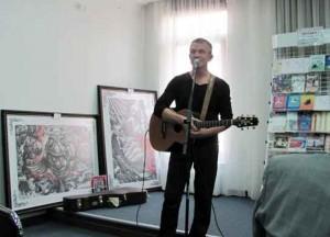 В'ячеслав Купрієнко співає свої пісні.