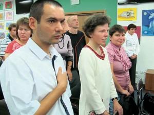 Зал слухає духовний гімн України.