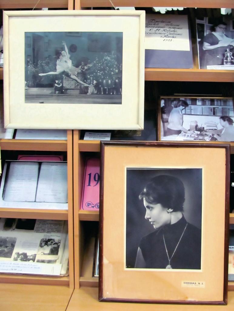 Портрети Маргарити Єницької в Деміївсбкій бібліотеці.