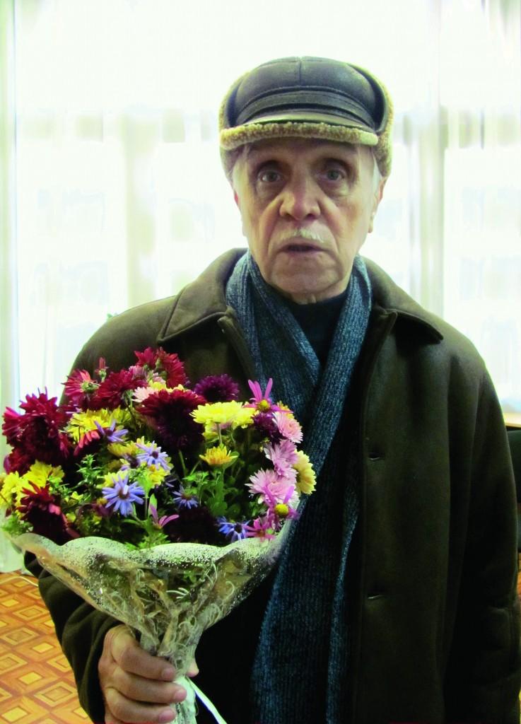 Поет Василь Дробот вітає Наталію Савіну.