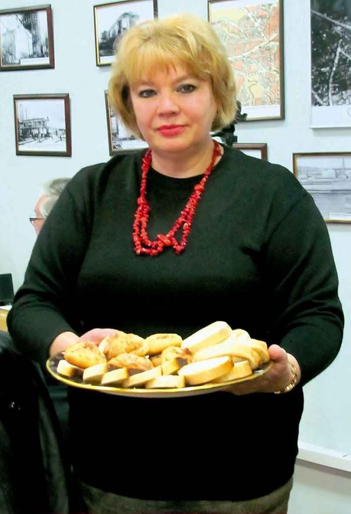 Наталія Савіна пригощає пирогами.