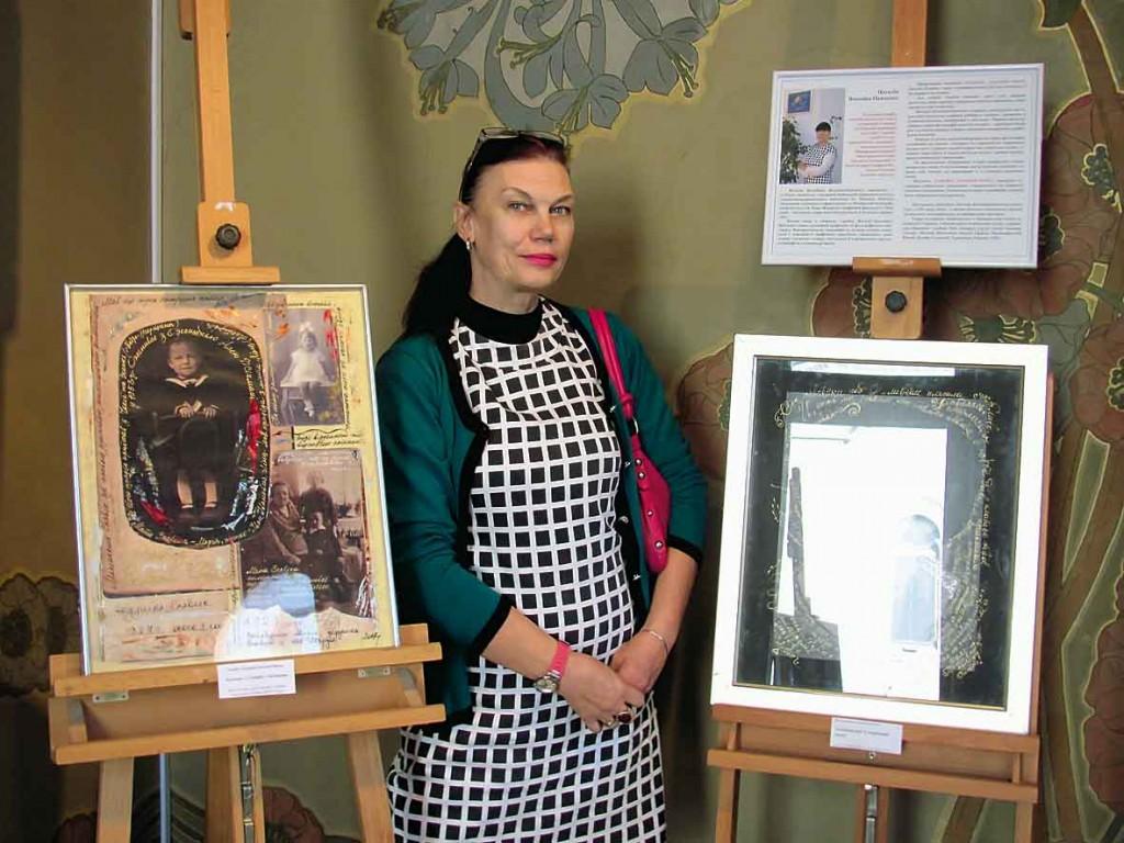 """Автор художниця Наталія Володіна-Панченко в залі """"Модерн"""" біля своїх колажів."""