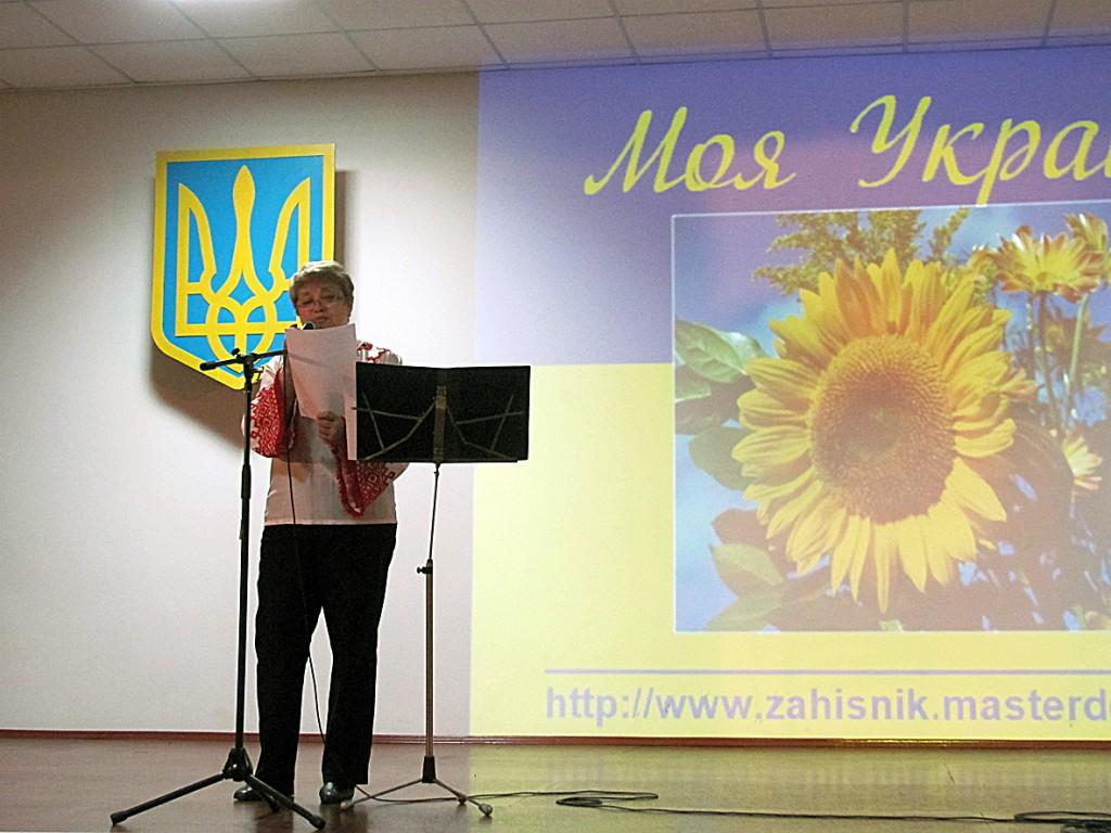 Антоніна Сокола читає власний вірш, присвячений батьку.