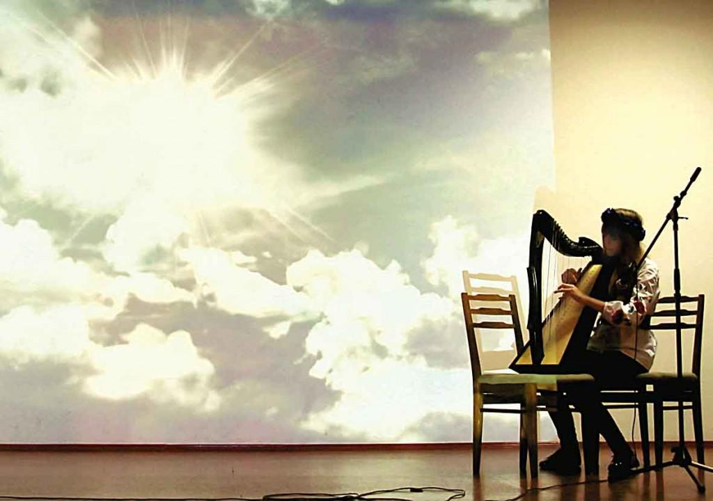 """Концерт дл бійців, які проходять лікуються в госпіталі, триває. На арфі грає Олександра Ахріменко, переможиця музичного напрямку Фестивалю-конкурсу """"Моя країна Небувалих звірів : """"Сад Любові та Радості""""."""