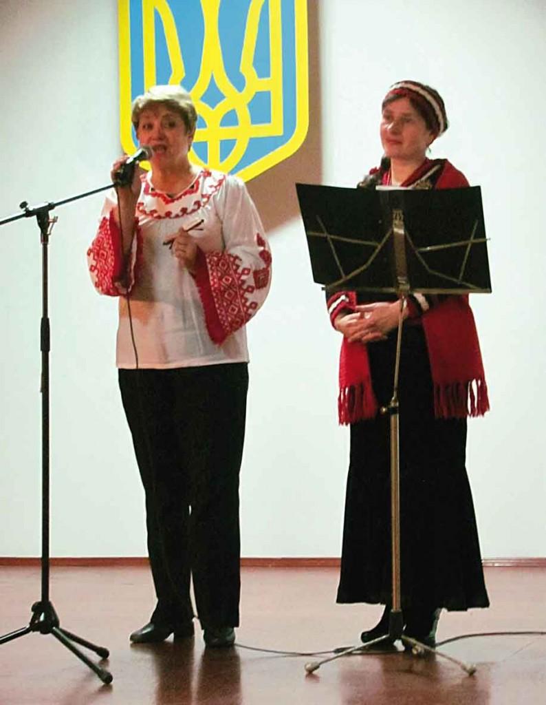 Антоніна Соколова і Світлана Потера вітають бійців.