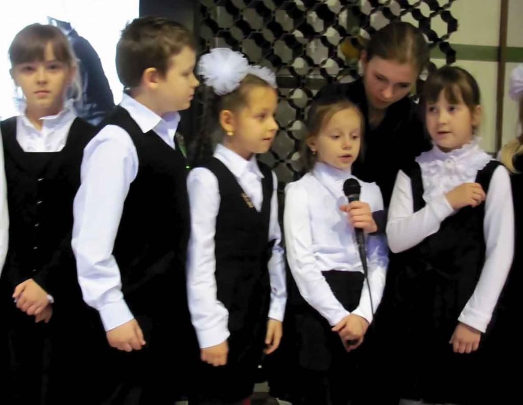Діти вітають чорнобильців.