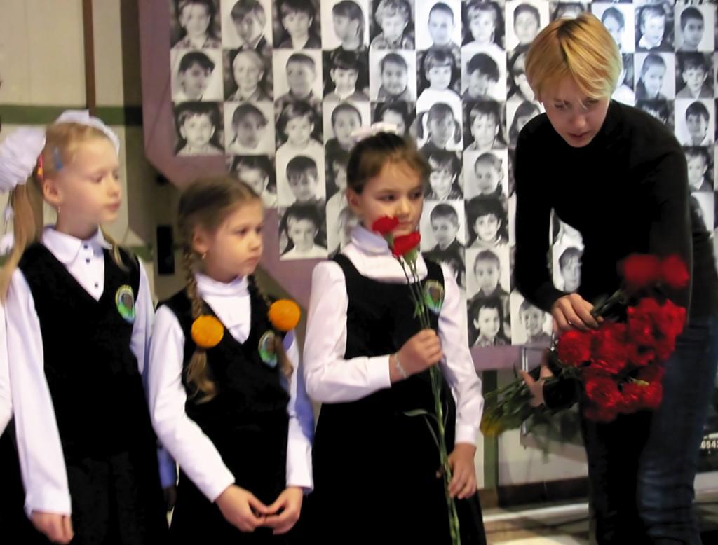 Діти готуються вручати квіти.