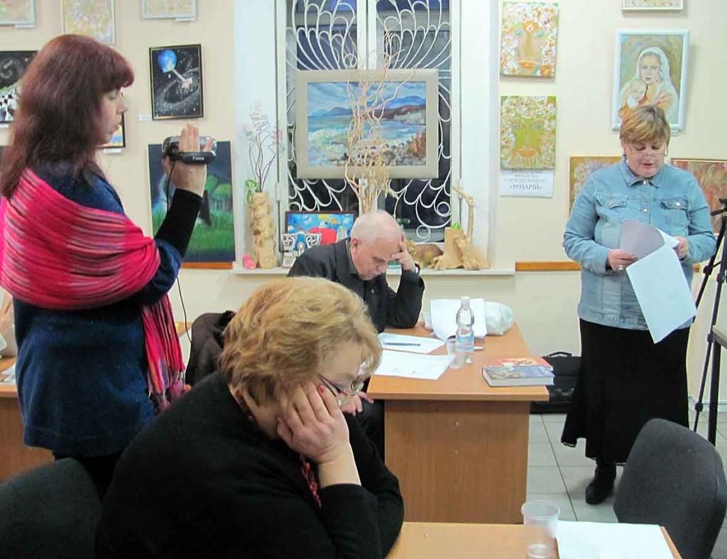 Члени літературного журі Василь Дробот і Наталія Савіна уважно слухають виступ Ярини Ра (Жейрис).