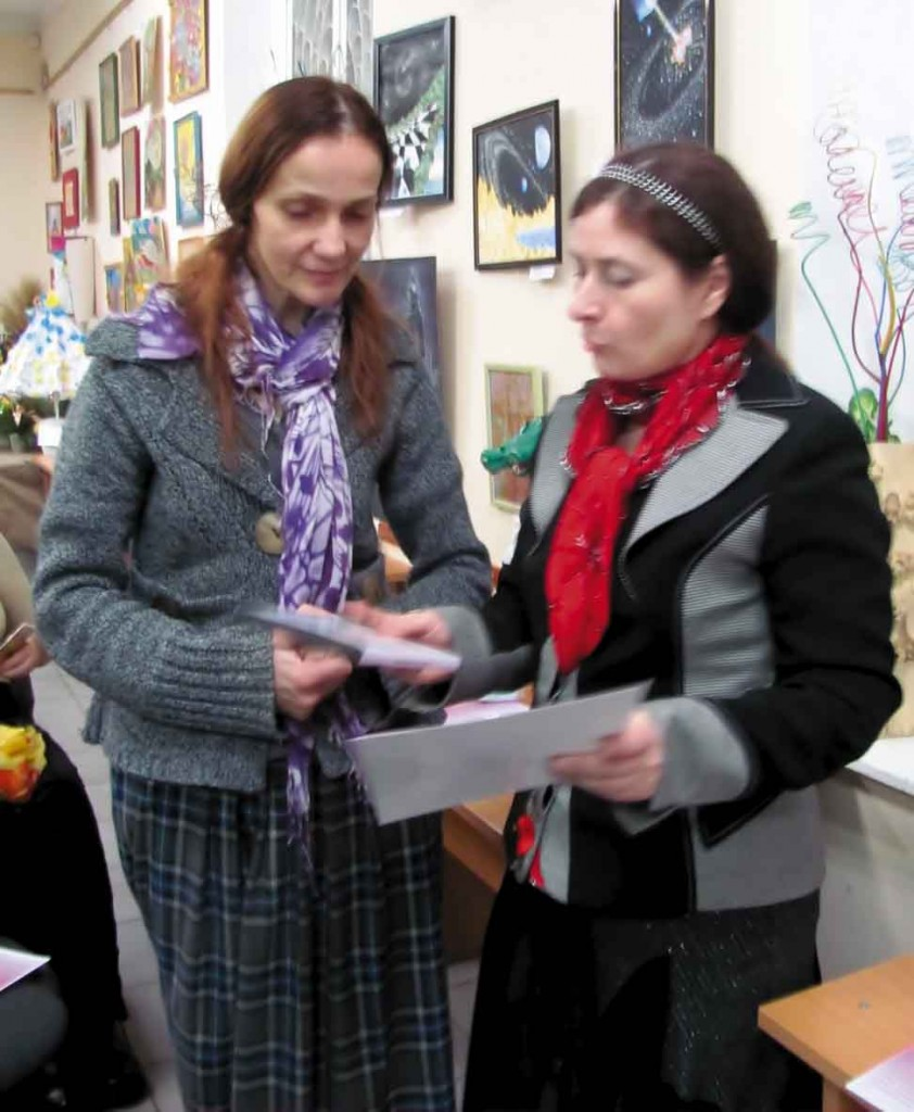 Оксана Ахріменко, мама Олександри Ахріменко (арфа) отримує диплом переможеці.
