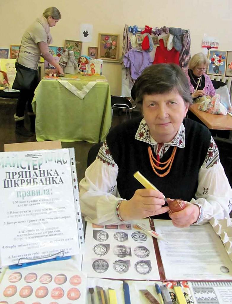 """Народний майстер Наталія Смага, автор проекьу """"Пульсар""""."""