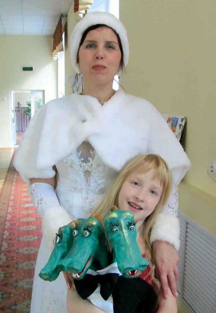 Снігуронька Марійка з юною помічницею з Райського Саду Любові та Радості та Ластик.