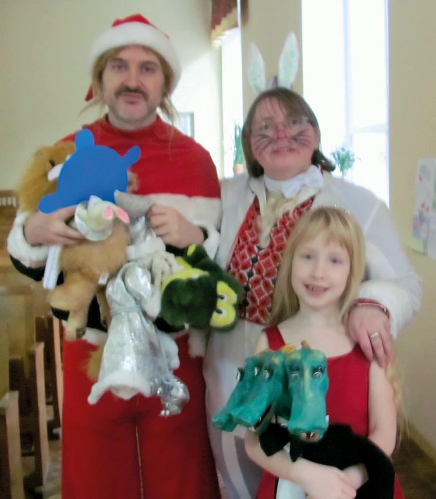 Зліва направо: головний гном Артур, заець Сєня, юна помічниця Райського Саду Любові та Радості з Ластиком.