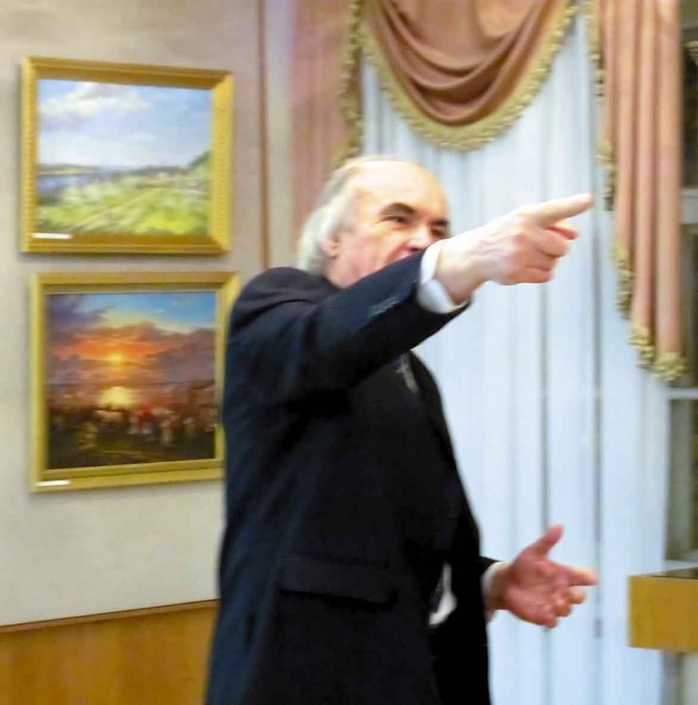 Євген Женченко веде творчий вечір.