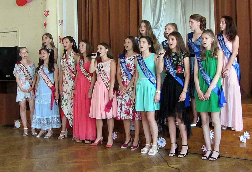 9-А разом з директором школи Оксаною Адаменко і класним керівником Наталією Морозовою.